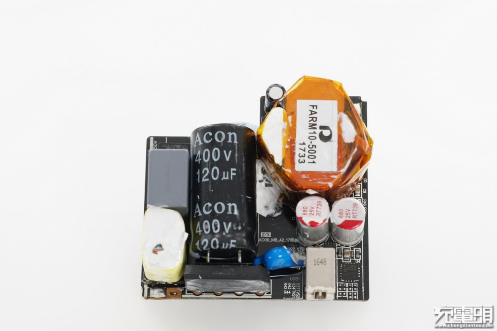 此前, 网拆解对比过两款小米65W电源适配器,这两款产品尺寸大小、功率一致,但用料和性能却大不相同。今天要为大家带来的是其中一款65W充电器和小米自家45W的拆解对比,比较有意思的是尽管他们两者功率差别较大,但尺寸大小却也完全相同。  小米45W电源适配器(CDQ02ZM)白色外观造型,本体与线材部分分离,插头可折叠。  小米65W电源适配器(CDQ07ZM)外观同样为白色,本体与线材分离,插头可折叠。   可以看到两者外形、尺寸完全一致。 一、小米45W USB-C电源适配器(CDQ02ZM)拆解
